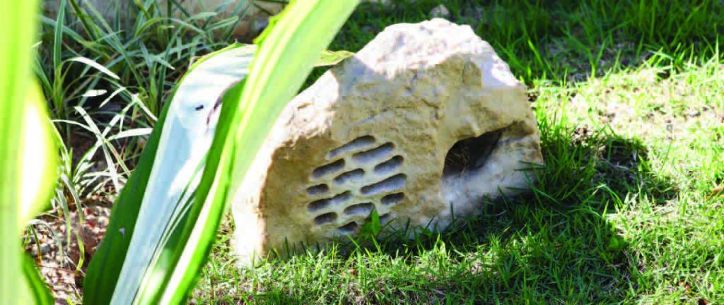 Caixas acústicas que resistem às variações climáticas e à umidade foram instaladas na sauna e no jardim da piscina. O modelo escolhido para a área externa imita pedra e praticamente se confunde com a paisagem.